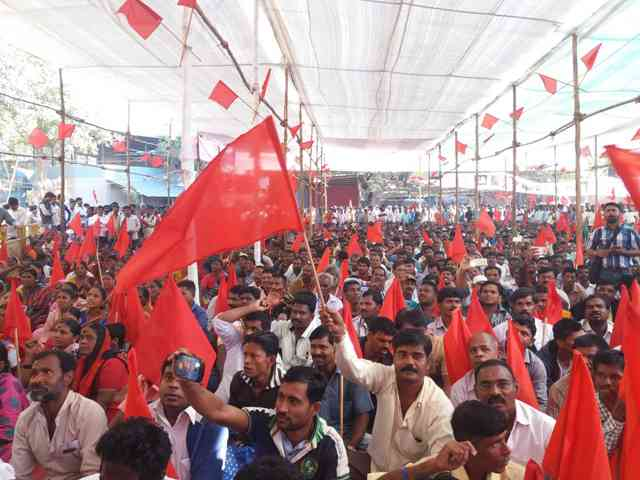 More than 2,000 safai karamcharis from across Mumbai and parts of Maharashtra attended a rally in Mumbai in January 2017. (Photo credit: Aarefa Johari).