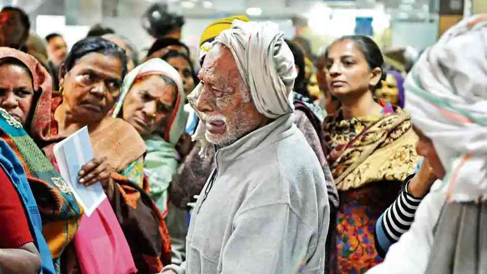 This photo of an old man crying after missing his spot at a bank in Gurgaon went viral. Photo: HT