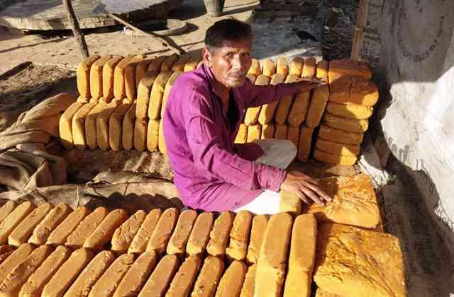 मुजफ्फरनगर के खतौली में एक कोल्हू. कोल्हू संचालकों का कहना है कि पिछले कई सालों से गुड़ के दाम कम होने से ज्यादातर कोल्हू बंद हो रहे हैं. सत्याग्रह
