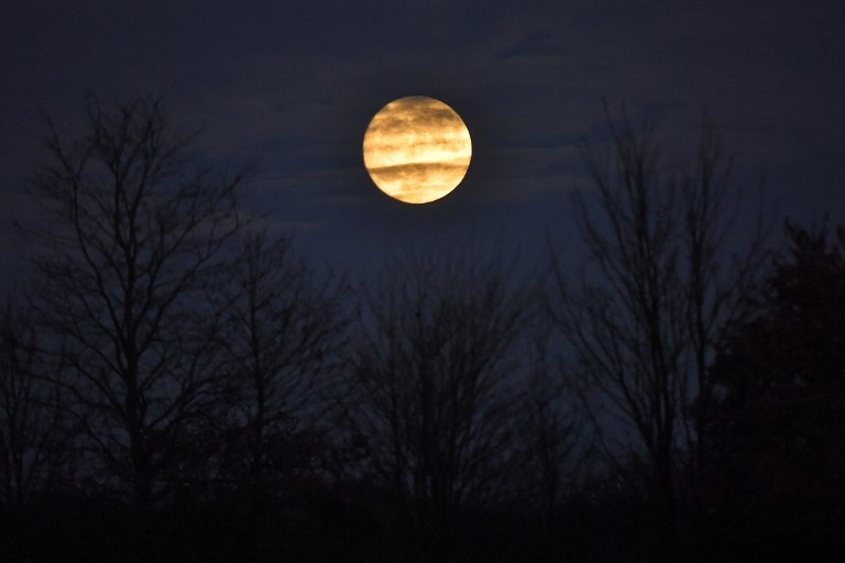 The supermoon is seen above Bain-de-Bretagne, western France on December 2, 2017. (Photo credit: LOIC VENANCE / AFP)