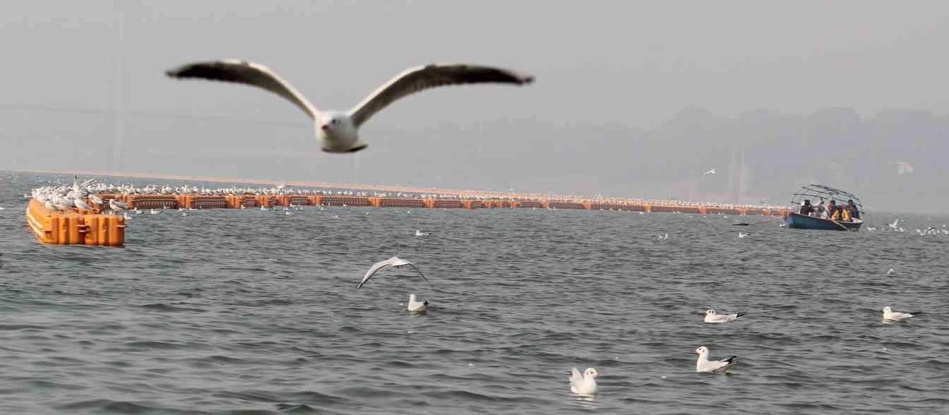 श्रद्धालुओं को दुर्घटना से बचाने के लिए जल सीमा का डिब्बों से रेखांकन