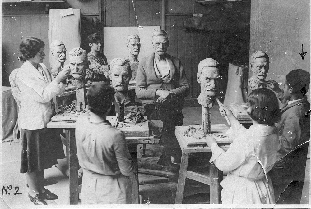 Da Cruz (extreme right) at modelling class, Berlin, 1920s.