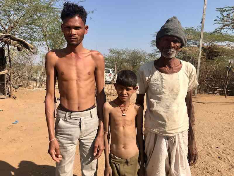बाएं से- बदाराम, उनका बेटा और उनके पिता