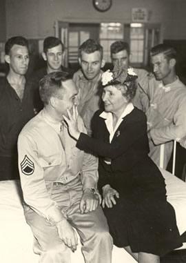 विश्वयुद्ध में शामिल रहे एक सैनिक का हालचाल पूछतीं हेलन केलर