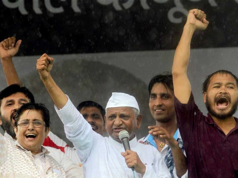 Akhil Gogoi (right) with Anna Hazare at Ramlila Maidan in Delhi in 2011. (Photo credit: HT).