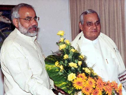 अटल बिहारी वाजपेयी के साथ नरेंद्र मोदी | साभार : narendramodi.in