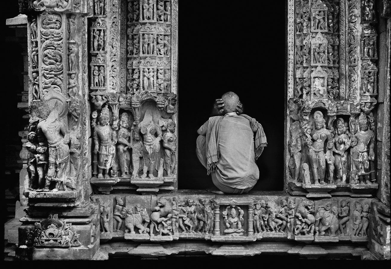 Inside Shantinath Jain Temple, 1986. (Photograph by Raghu Rai.)