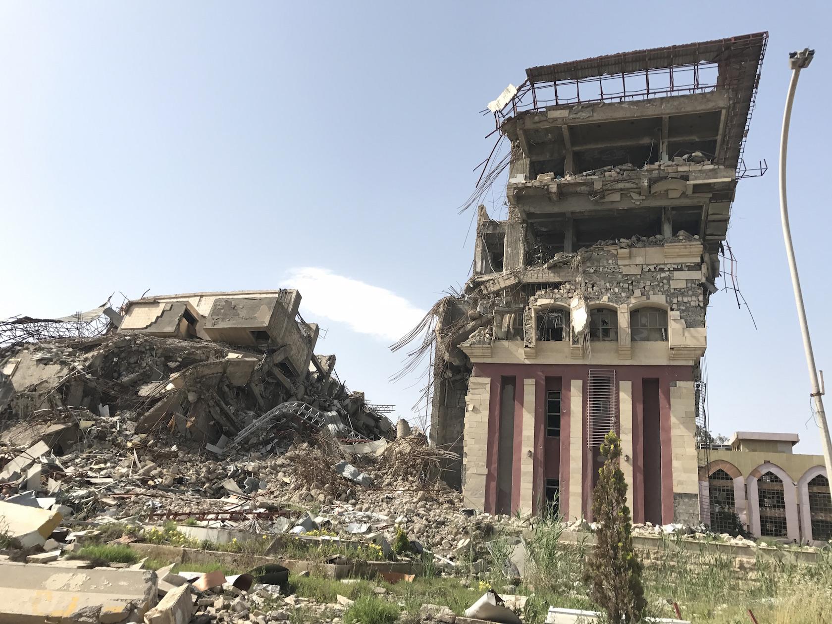 सेनाओं के जमीनी और हवाई हमलों के बाद शहर के पूर्वी इलाके में स्थित मोसुल विश्वविद्यालय का यह हाल हो गया है. फोटो क्रेडिट : सुप्रिया शर्मा