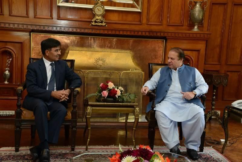 Sharat Sabharwal with Nawaz Sharif. Photo courtesy lahoreworld.com