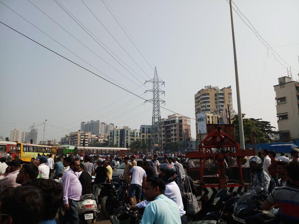 Protestors at Kanjur Marg Station. (Credit: Pratik Sinha)