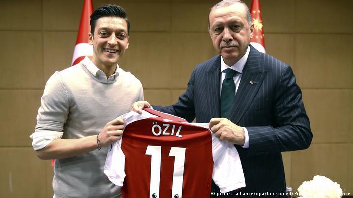 तुर्की मूल के जर्मन खिलाड़ी मेसुत ओजिल ने तुर्की के राष्ट्रपति एर्दोगन से मुलाकात की थी. विश्व कप में जर्मनी की हार की वजह वहां के राष्ट्रवादी इस मुलाकात को ठहरा रहे हैं.