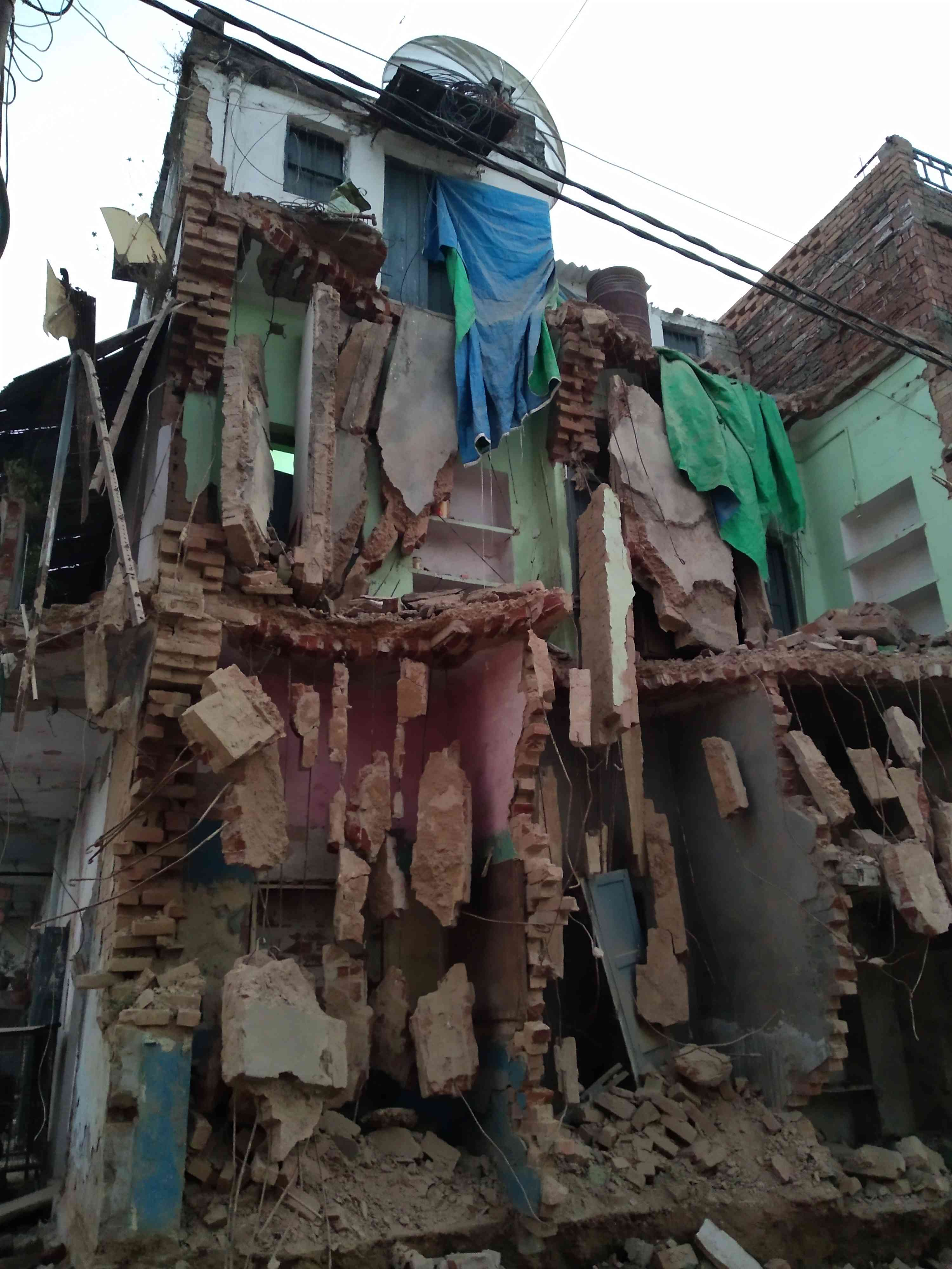 प्रशासन द्वारा गिराया गया एक मकान