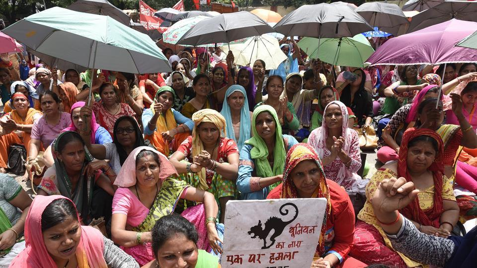 Anganwadi workers protest for better wages at Jantar Mantar in Delhi. (Credit: Sonu Mehta / HT)