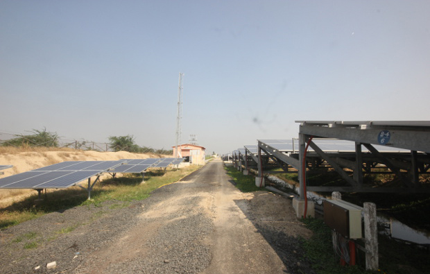 The canal-top panels next to their ground-mounted counter parts, used to check effect of cooling and enhanced efficiency of the panels atop the canal. Image Credit: Mukta Patil / IndiaSpend