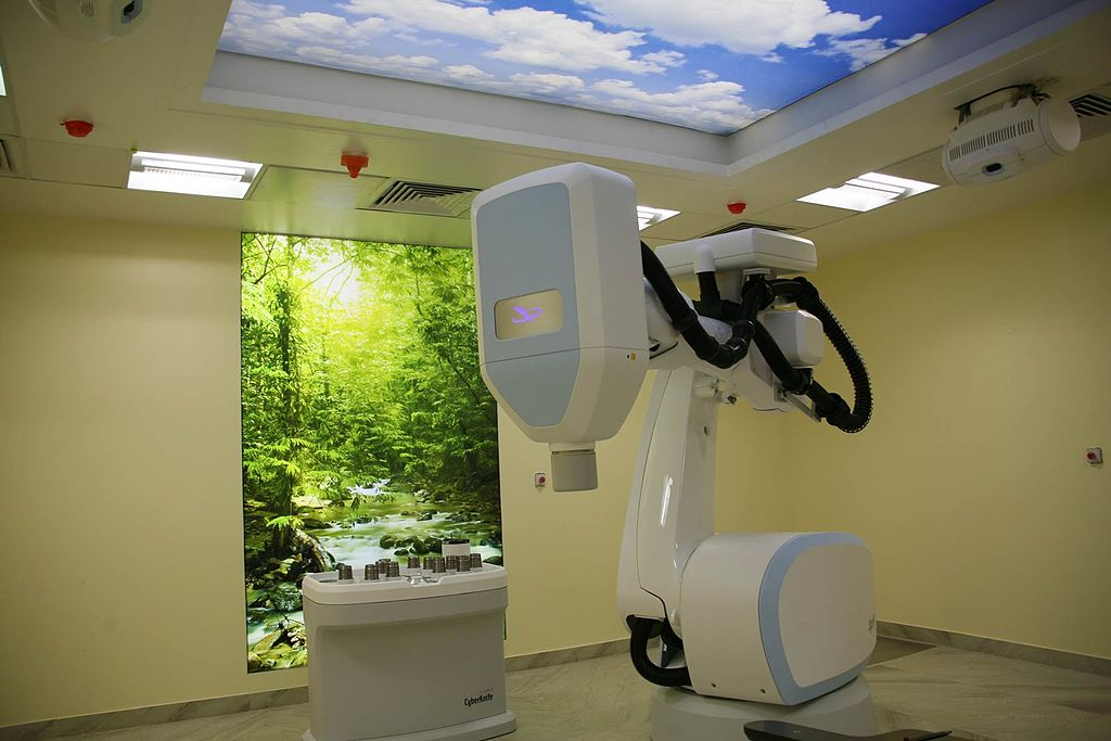 A CyberKnife machine, which is a new technology for radiation therapy for cancer, at a Delhi Hospital. (Image: BLK Cyberkife Hospital/Wikimedia Commons)