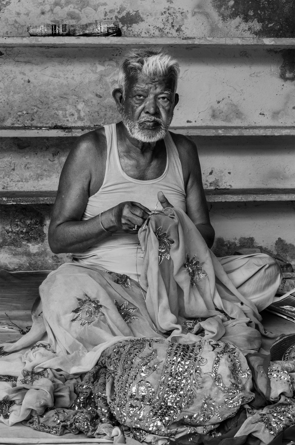Taqi, an 80-year-old Badla artisan, working in extremely harsh conditions in the Sa-datganj Workshop, Old Lucknow. Photo credit: Taha Ahmad