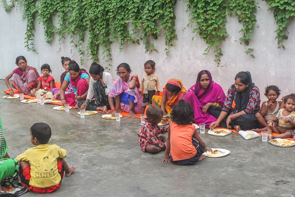 People flooded out of the Jyoti Nagar area eat at a relief camp in Birgunj. Photo credit: Munna Saraff
