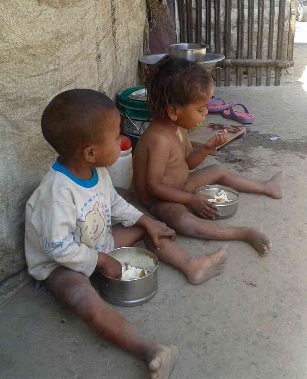 Many Indian children are growing up in very disadvantaged circumstances. These children live in Mahmudi Chak slum next to Rajendra Nagar Railway Junction in Patna. Photo credit: Sujeet Kumar