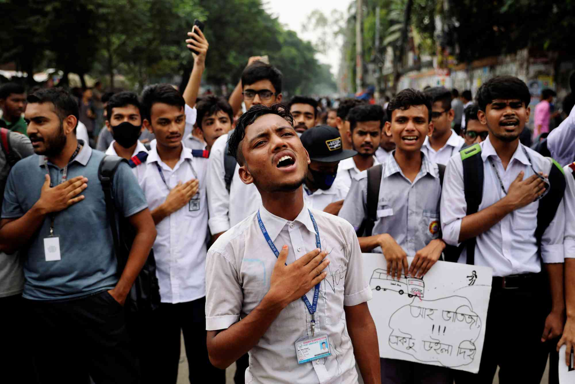 Bangladeshi students sing the national anthem as they take part in a protest over recent traffic accidents that killed two students, in Dhaka on August 4, 2018. (Photo credit: Mohammad Ponir Hossain/Reuters).