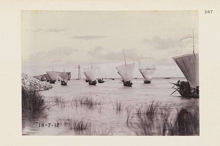 Gelatin silver prints of hilsa fishing boats (1912) in lower Ganga at Sara, India (now Paksey, Bangladesh). Photo Credit: DeGolyer Library, Southern Methodist University/Wikimedia Commons