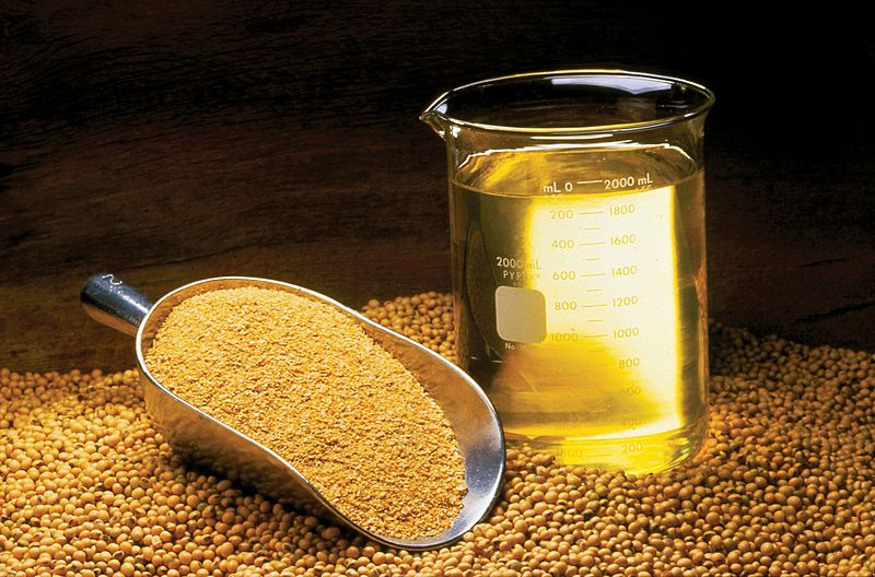 Soyabean, soya meal and soya oil. Photo credit: By United Soybean Board (Soybean Oil, Meal and Beans) Licensed under CC by 2.0/Wikimedia Commons.