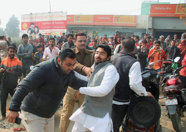 Chaos outside a Meerut bank in Uttar Pradesh. Photo: PTI