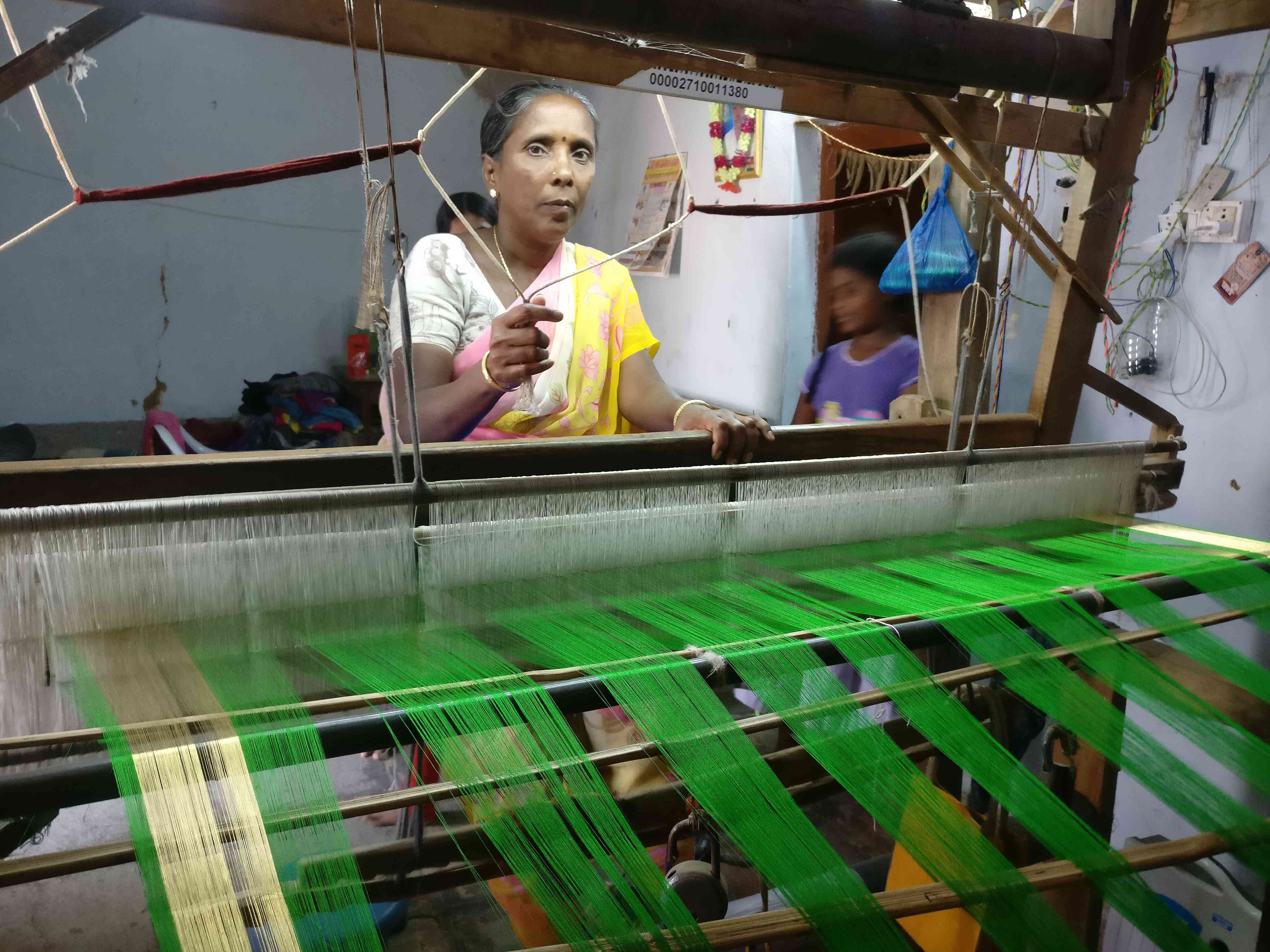 Parathi Vallabhdas, mother of Nagaroja Vallabhdas, working at the handloom in their home. (Photo credit: Nayantara Narayanan).