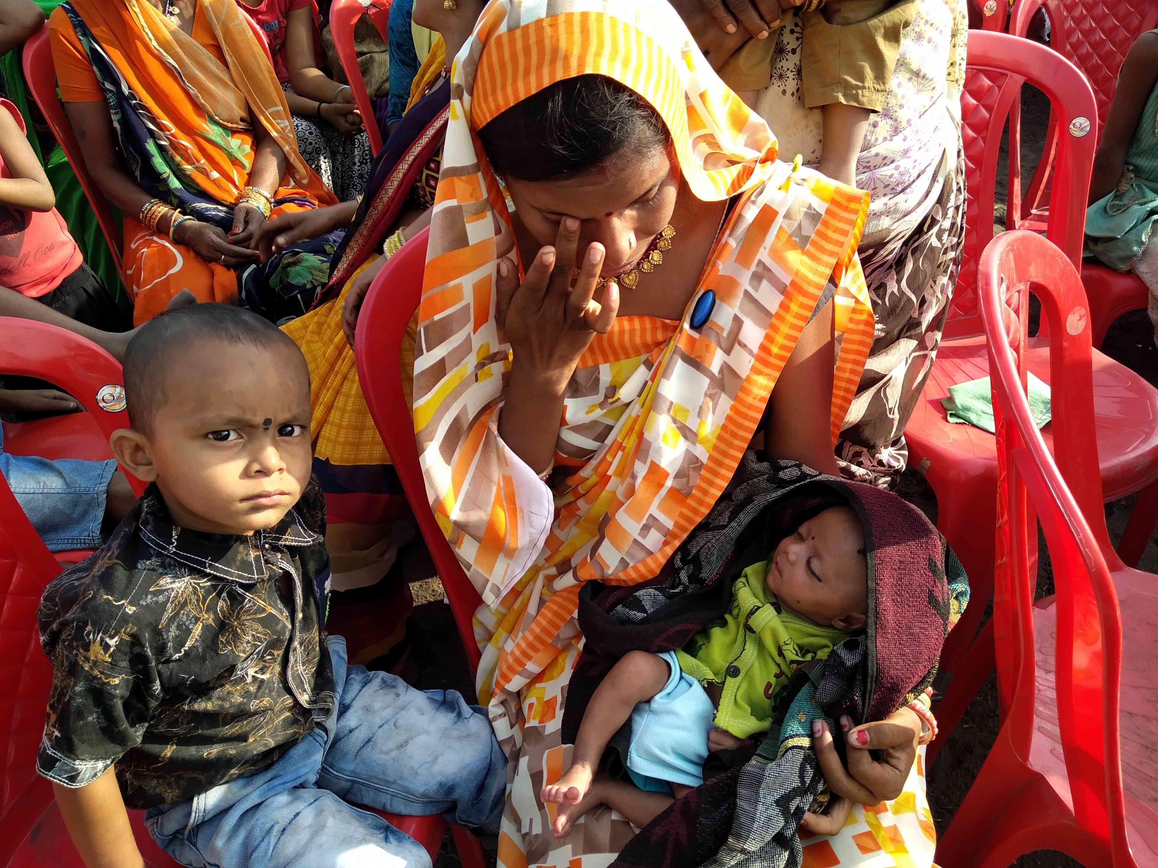 सभा स्थल पर अपने एक महीने के बच्चे के साथ धनेश्वरी पंडित