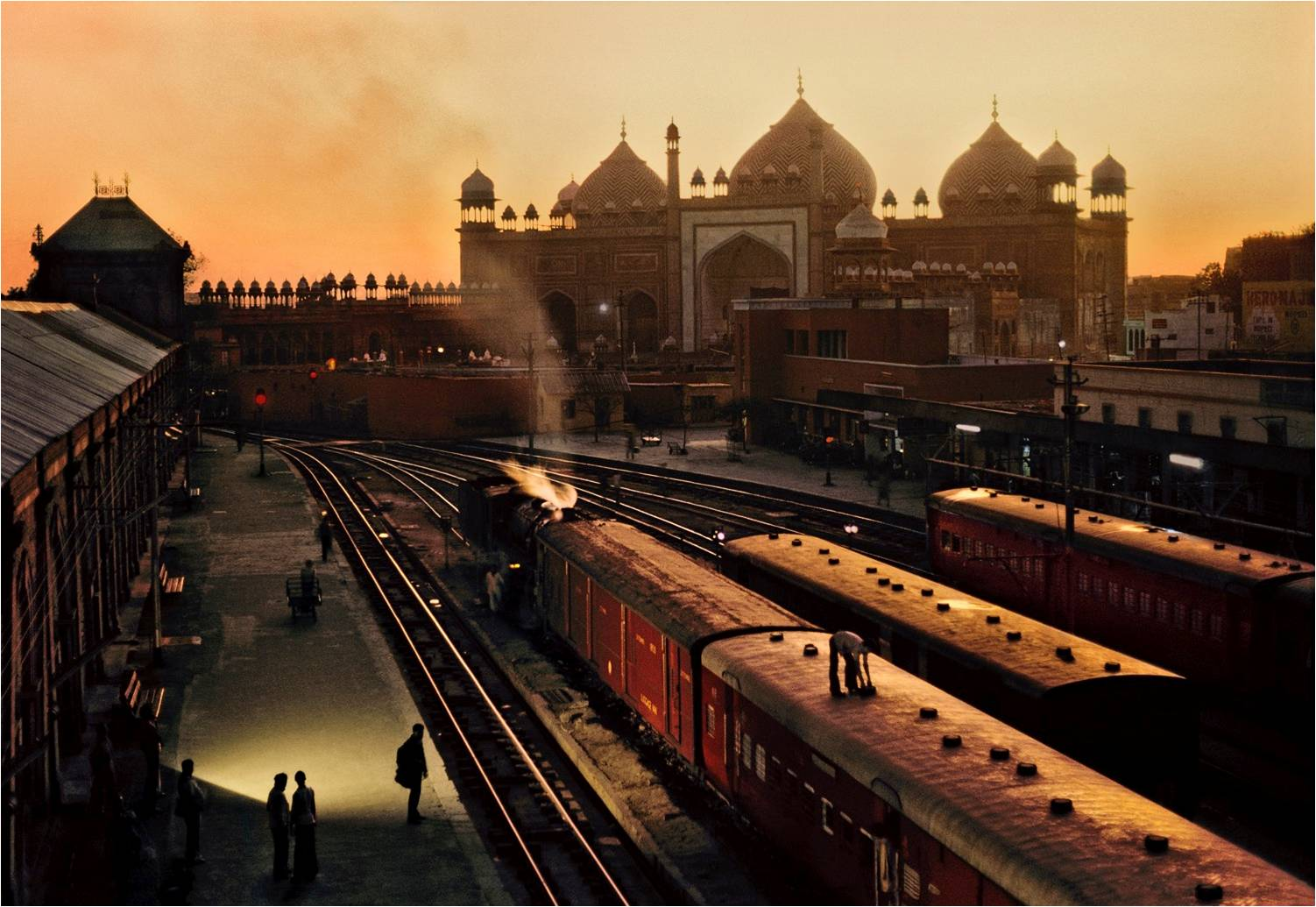 Agra Fort train station at dusk, 1983. (Photograph by Steve McCurry. Courtesy Phaidon/Roli Books)