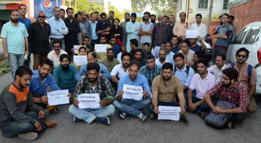 Journalists protest the ban on the newspaper Kashmir Reader. Photo via Twitter