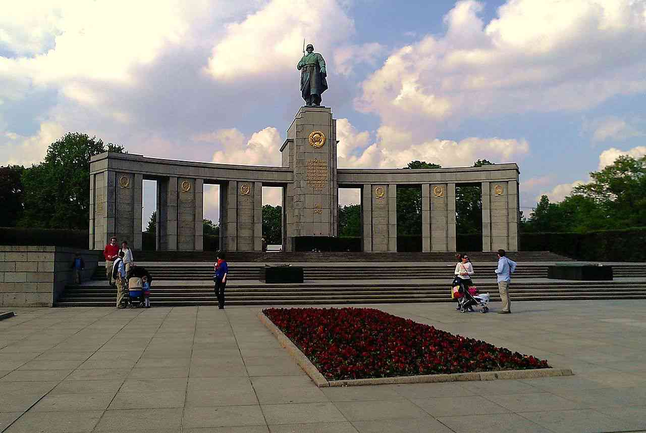 Soviet war memorial in the Tiergarten, Berlin, erected in 1945. Photo Credit: Ethan Doyle White/Wikimeda Commons [Licensed under CC BY 3.0]