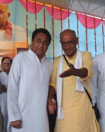 Digvijaya Singh (right) has announced that he is not in the race to be the Congress' chief ministerial face and has backed Kamal Nath for the job. (Credit: @DigvijayaSinghOfficial / Facebook)