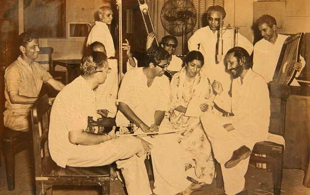 Harischandra Narvekar with Lata Mangeshkar, Hridaynath Mangeshkar and other musicians at the recording for a non-film album at HMV studio. Courtesy Shrinivas Narvekar.