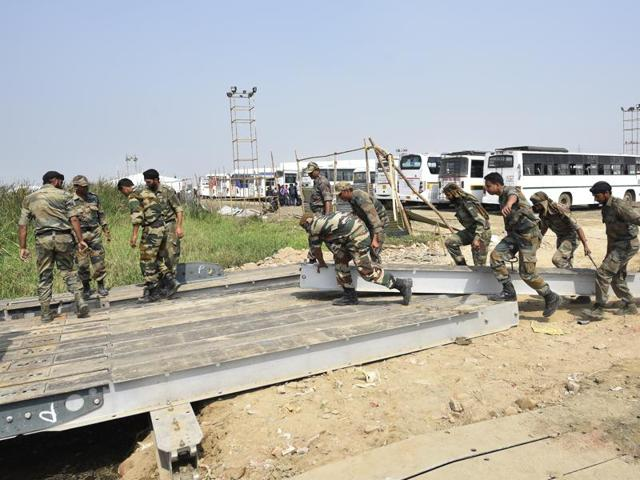 Soldiers construct a pontoon bridge across the Yamuna in Delhi for a 2016 event organised by a religious leader. (Photo credit: HT).
