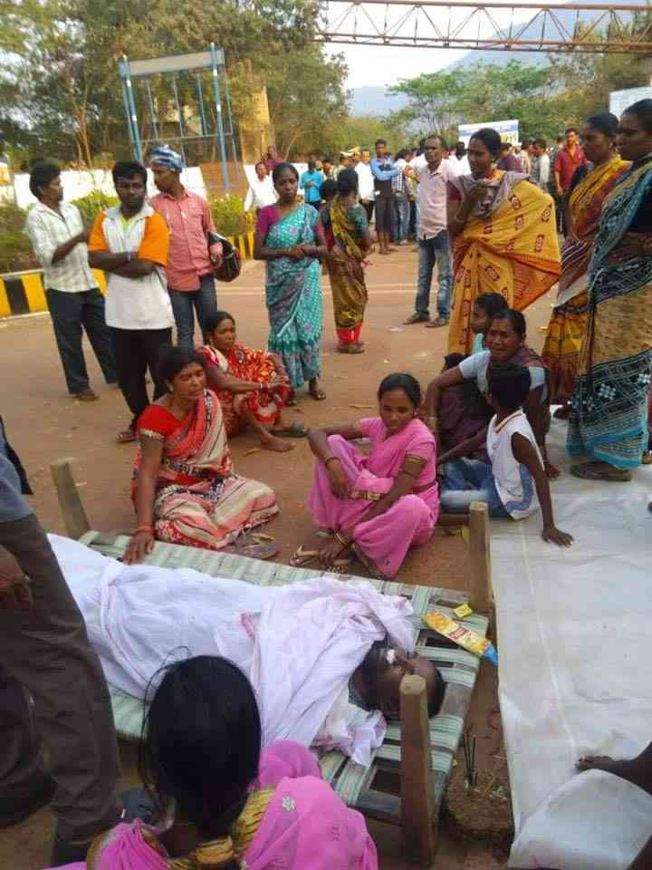 Residents of Lanjigarh protesting outside Vedanta's refinery with the body of the protestor who died during a clash on Monday. Credit: Special Arrangement.