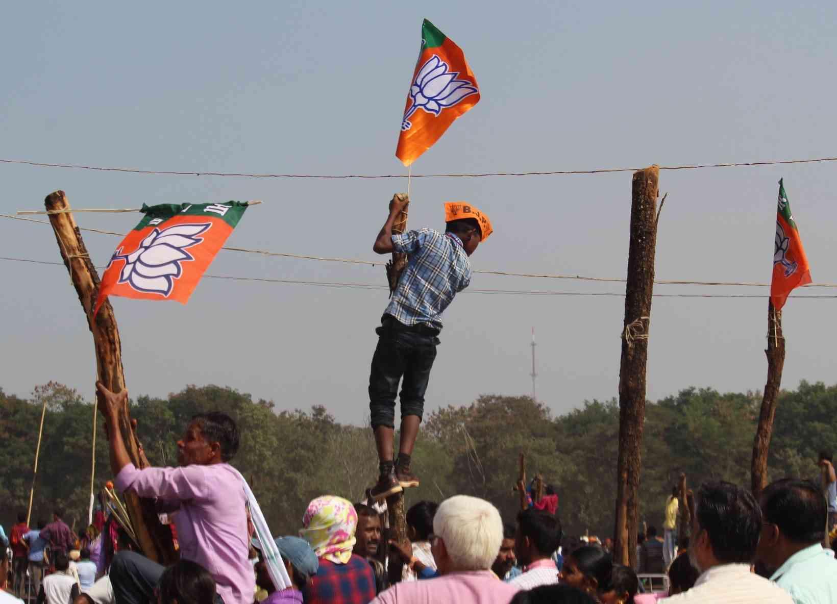 नरेंद्र मोदी की जनसभा के बाद पार्टी का झंडा ले जाने की होड़