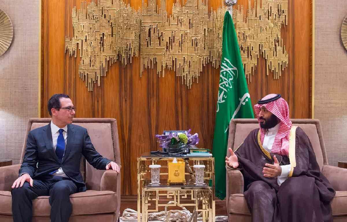अमेरिका के कोषागार मंत्री स्टीवन मनूचिन के साथ प्रिंस सलमान (तस्वीर : एएफपी)