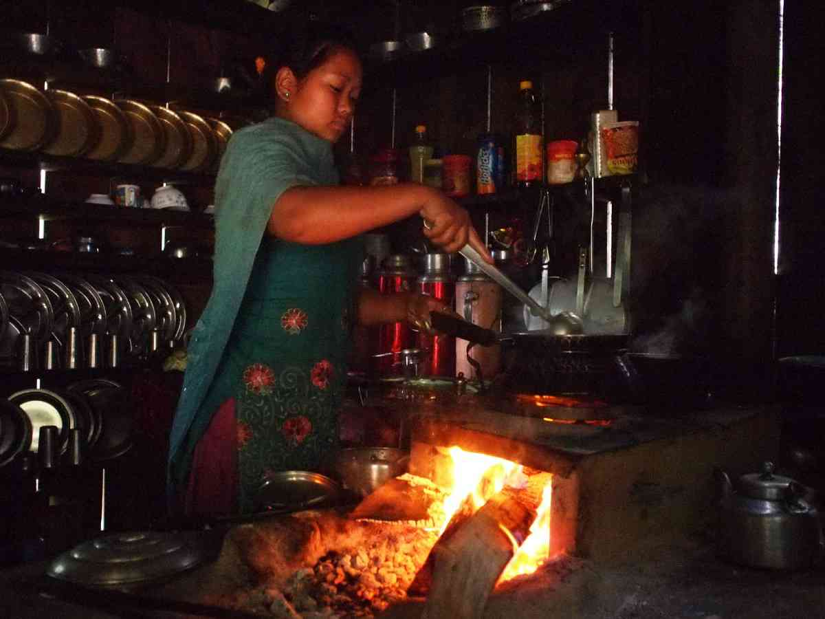 A woman in Nepal cooks on a traditional cookstove. Image credits: Engineering for Change (CC BY-SA 2.0)