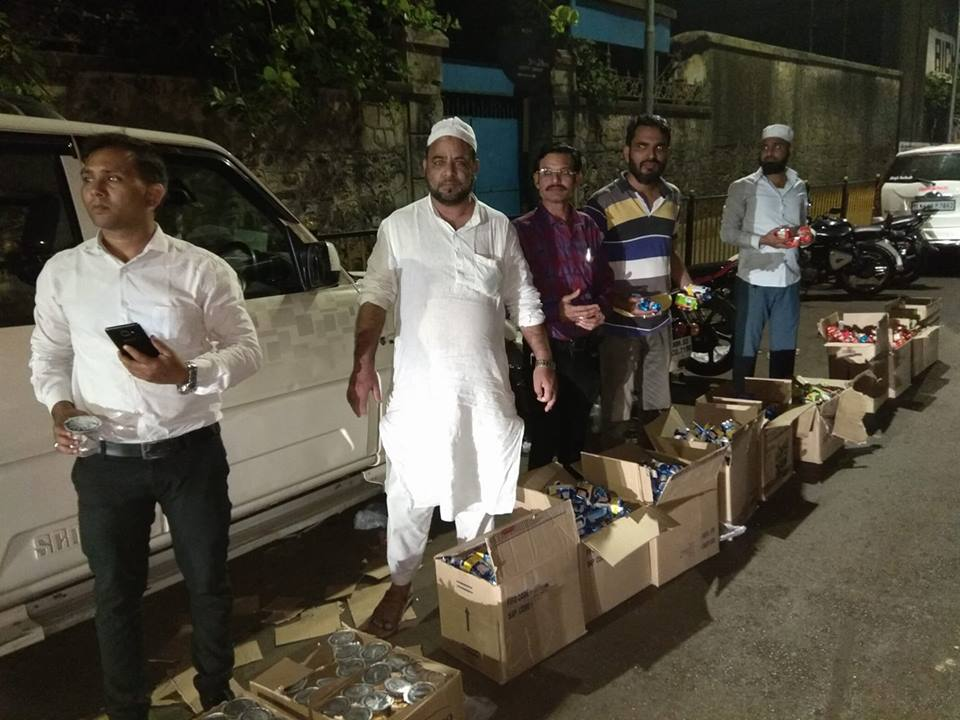 4.30 am. Byculla junction. A large group of volunteers distributes water, dates and biscuits to the marchers.  Image credit: Ram Ramakumar
