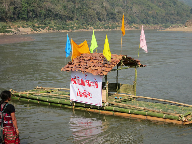 Save the Salween, reads the placard. Local communities have gathered to pray for the river in an international organised event.  International Rivers/Flickr, CC BY-SA