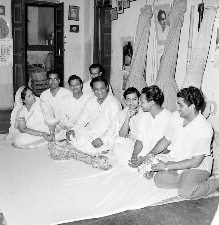 Parul Ghosh with Pannalal Ghosh and some of his disciples. Image credit: VG Karnad/Vishvas Kulkarni.