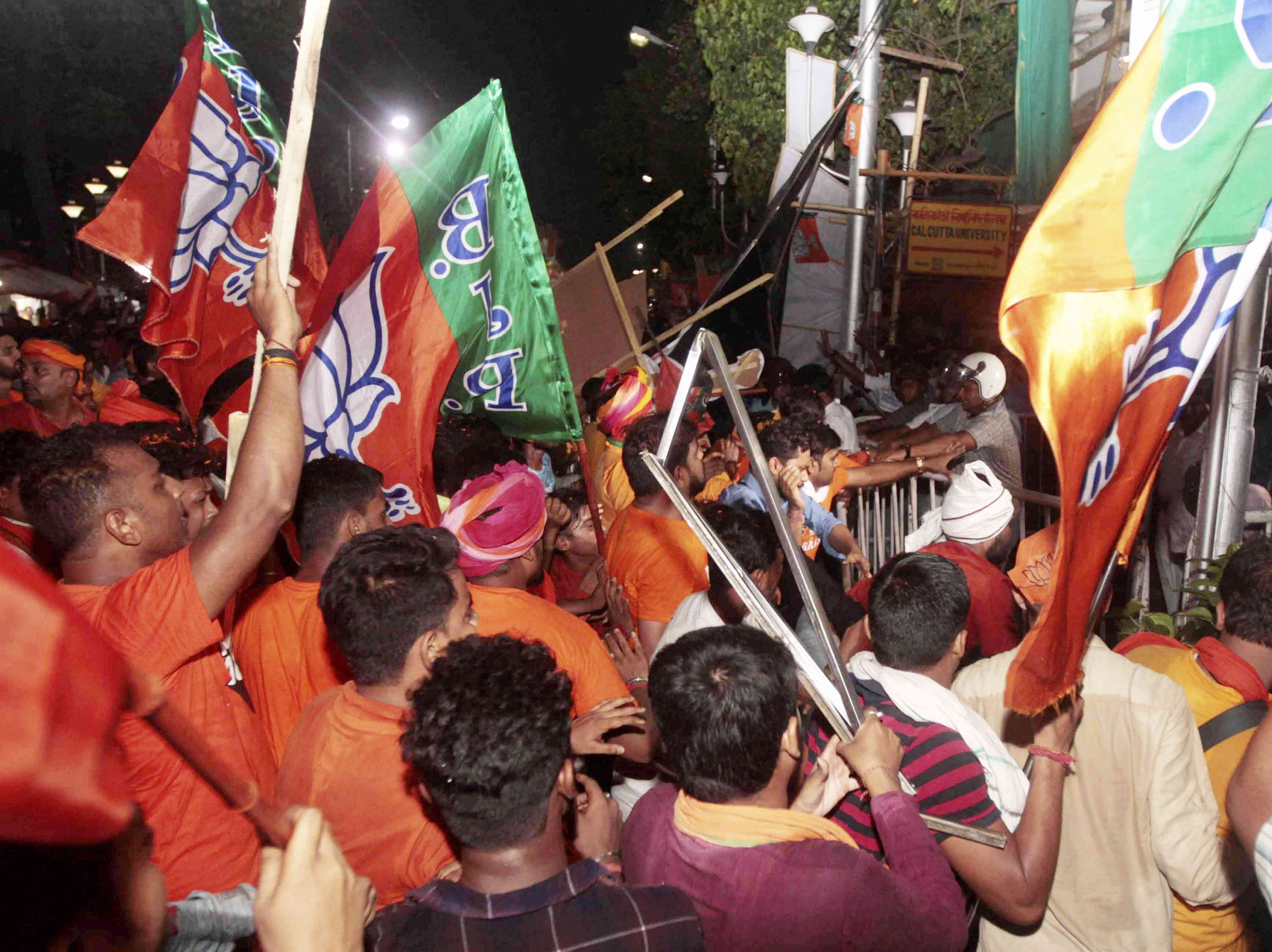 BJP supporters clash with the police during Amit Shah's rally in Kolkata on May 14. Credit: PTI