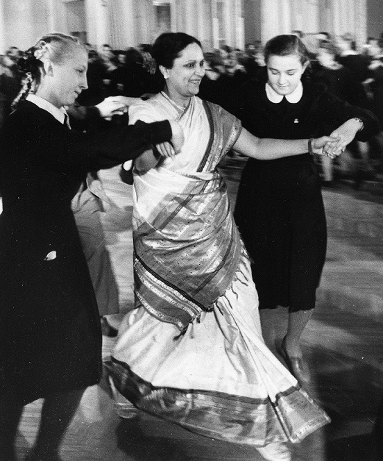 Durga Khote dances with students in Leningrad in 1951. Courtesy Yoda Press.