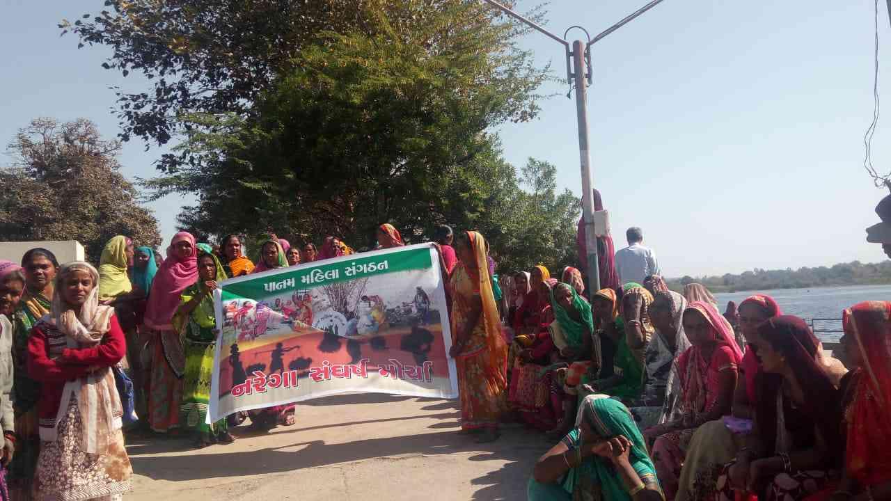 A photo of MNREGA workers protesting against Prime Minister Narendra Modi.