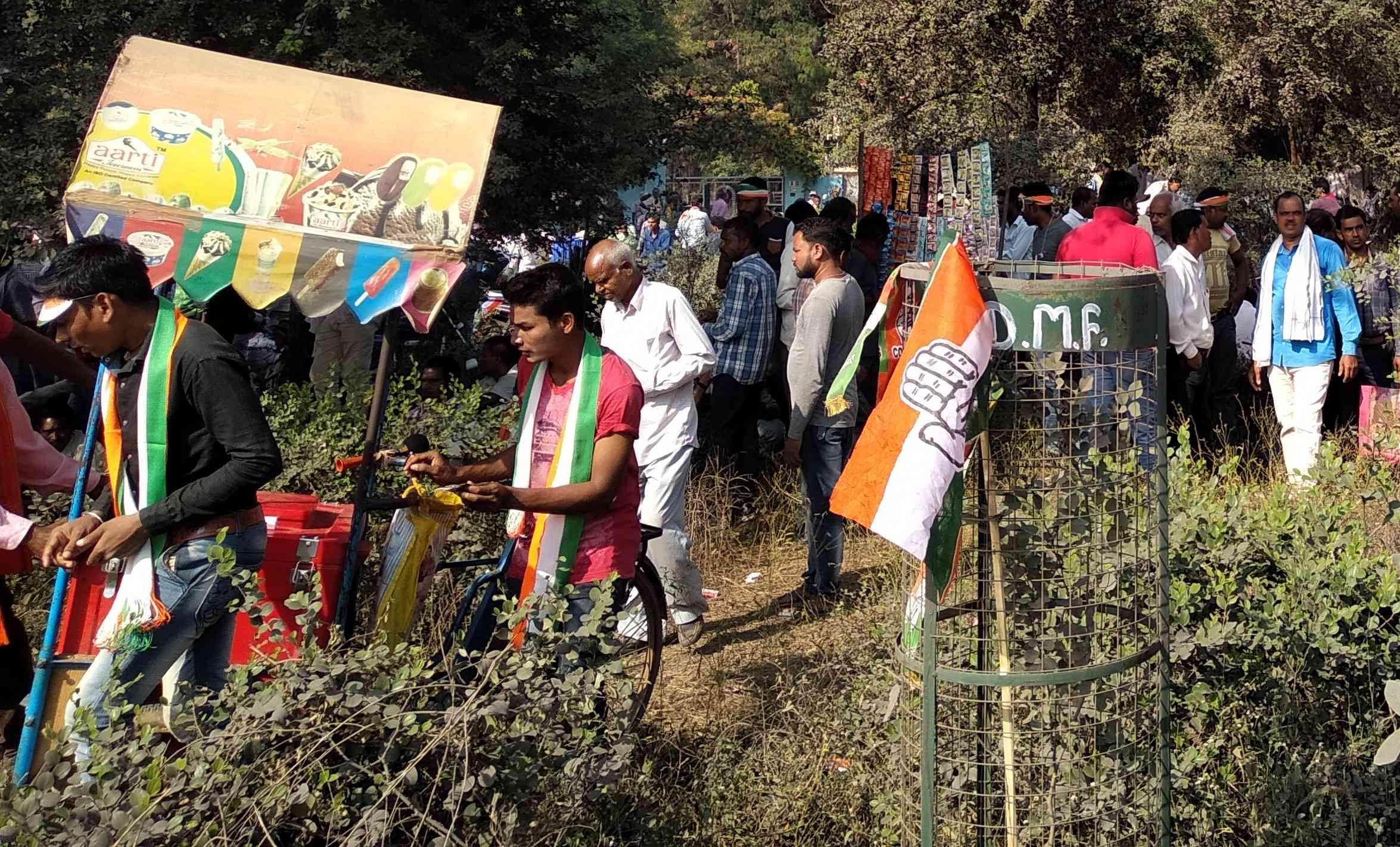 राहुल गांधी की जनसभा के सामने लोगों का जमावड़ा