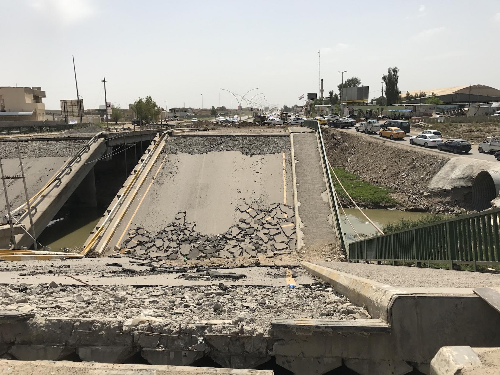 हवाई हमलों में मोसुल के पुल और फ्लाईओवर बुरी तरह नष्ट हो चुके हैं. फोटो क्रेडिट :सुप्रिया शर्मा