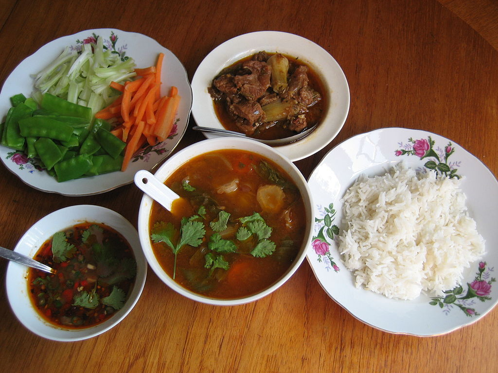 A typical Burmese meal: rice with a mè hnat (stewed beef), chinyay hin (hot & sour soup), ngapi yay-jo (thin pickled fish sauce) and to za ya (raw or scalded vegetables to go with it). Photo credit: Wagaung/Wikimedia Commons [Licensed under CC BY 3.0]