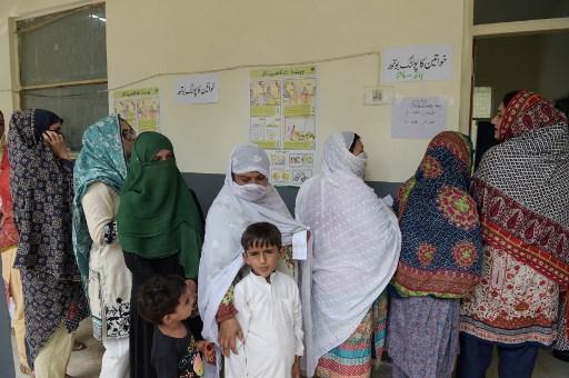 लाहौर में ही एक मतदान केंद्र पर वोट डालने के लिए अपनी बारी का इन्तजार करती महिलाएं | फोटो : एएफपी