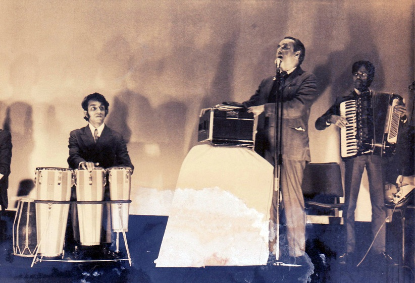 Babla with singer Mukesh at a stage show. Photo credit: Babla/Vaibhav Shah.