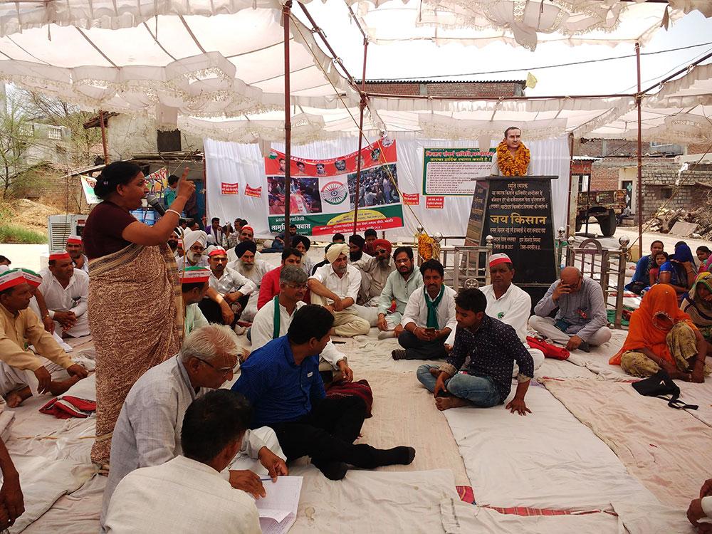 A woman addresses the All India Kisan Sangharsh Coordination Committee gathering at Chillod Pipliya. On the right is the bust of Kanhaiyalal Patidar. Photo: Mridula Chari